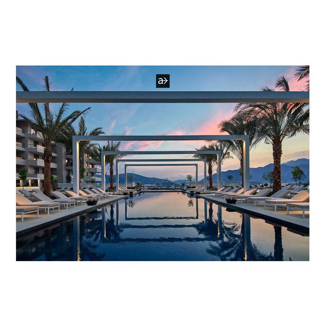 Montenegro Hotelbild mit Pool Liegen Palmen blauer Himmel